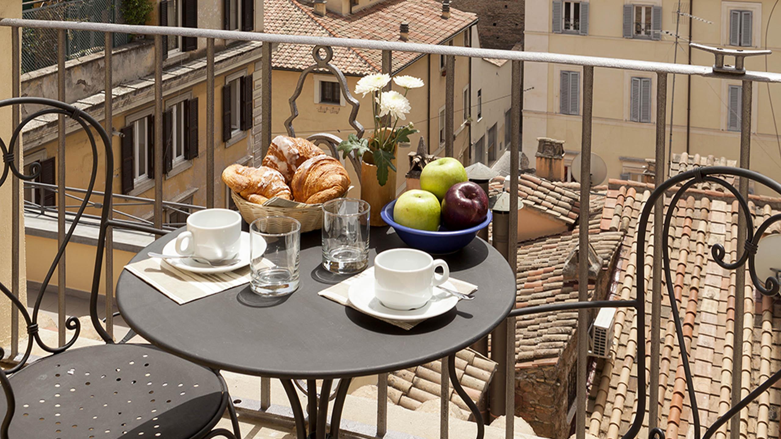 Residence-Trianon-Borgo-Pio-Roma-appartamento-superior-con-balcone-2020-balconcino-1